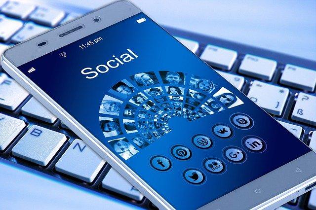 sociální média na displeji