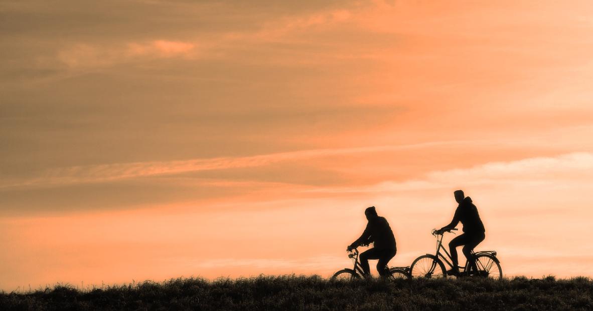 muži na kole